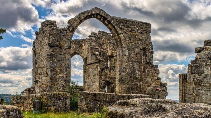 Kastil-kastil itu ditinggalkan, hal ini diungkapkan penulis Kieron Connolly dalam buku barunya Abandoned Castles. Pertama adalah Kastil Altenstein, Bavaria, Jerman. Dulu bangsawan Stein zu Altenstein tinggal di tempat yang indah ini sejak awal abad ke-13. Namun ketika keluarga tersebut pindah ke istana baru pada abad ke-18, kastil ini dibiarkan begitu saja (Dok. CNN Travel)