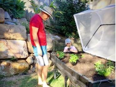 Berkebun juga dapat meningkatkan bonding anak dengan orang tua atau anggota keluarga lainnya. (Instagram: vegepod)