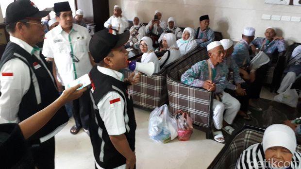 Dirjen Penyelenggaraan Haji dan Umrah Kemenag Nizar Ali menyampaikan imbauan ke jemaah didampingi Direktur Bina Haji Khoirizi HD.