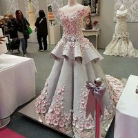 Kue berbentuk gaun pengantin cantik.