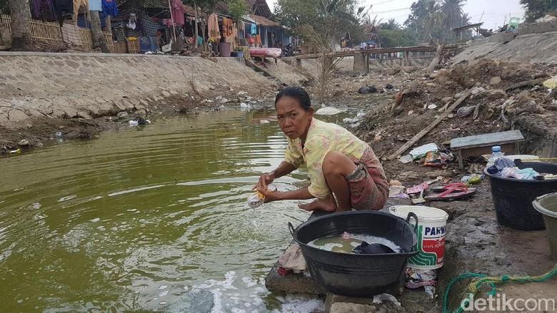 Foto: Kekeringan di Serang, Warga Cuci Baju Pakai Air Menghijau