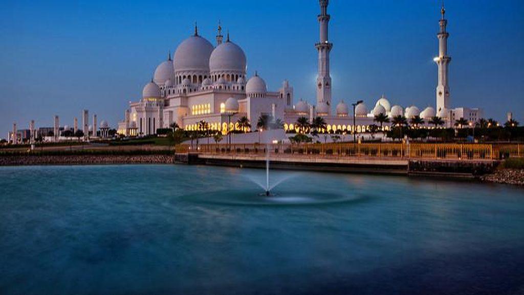 Foto: Masjid Putih Cantik Langganan Selebriti Dunia