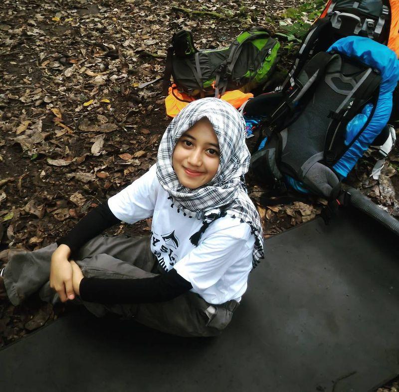Siska Kusmayanti (24) misalnya, wanita berhijab kelahiran Cianjur yang kini tinggal di Bandung ini hobi mendaki. Akrab disapa Chika, jatuh cintanya dengan gunung sekitar tahun 2014 saat pertama kali ke Gunung Lawu Jawa Tengah (Dok. siska_kusmayanti/Instagram)