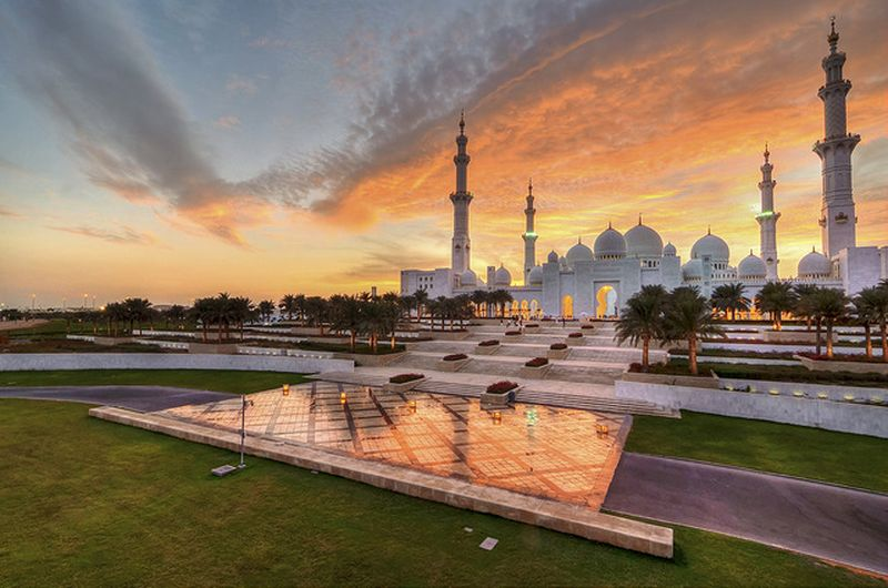 Mesjid ini bernama Masjid Sheikh Zayed. Berada di negara Abu Dhabi, Arab Saudi (szgmc.ae)