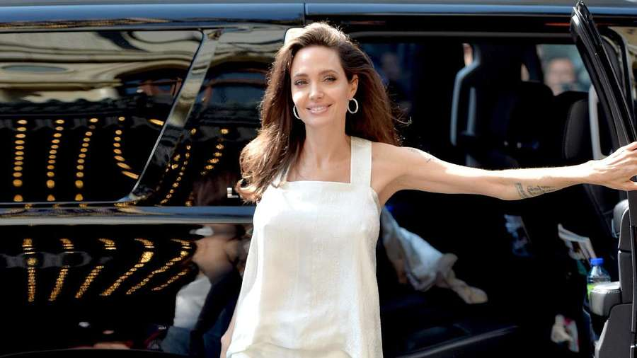 Angelina Jolie Cantik Natural