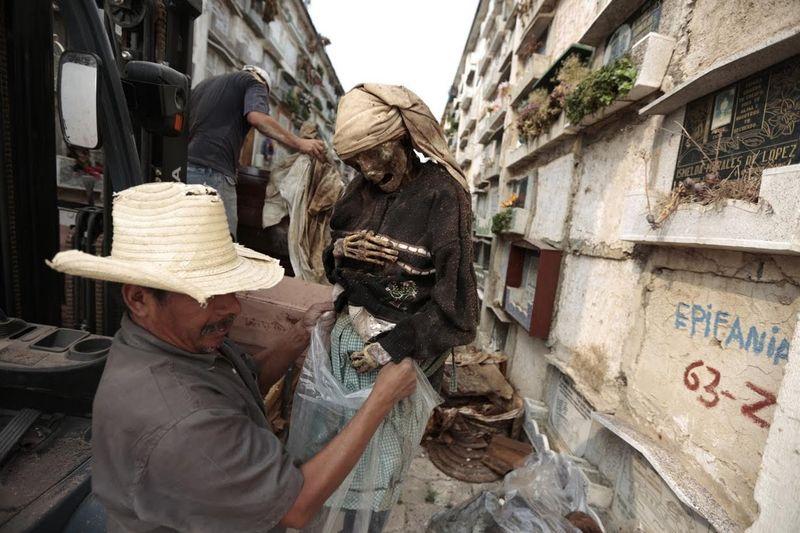 Sebuah profesi di Guatemala ini bukanlah yang yang biasa. Namanya grave cleaner atau tukang bersih kuburan (Jorge Dan Lopez/Reuters)