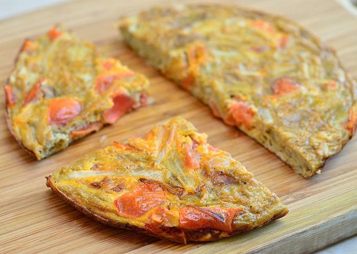 Pernah coba torta? Sajian yang satu ini merupakan telur dadar asal Filipina. Torta dibuat dengan campuran potongan bawang bombay, bawang putih, tomat, kornet, kentang, hingga beberapa makanan sisa misalnya daging ayam bisa dimasukkan ke dalamnya. Torta biasanya disajikan untuk sarapan, karena mudah masaknya dan rasanya enak. Foto: Istimewa