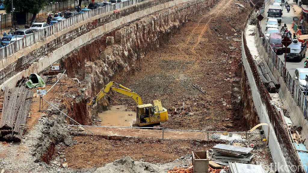 Foto: Pengerukan Underpass Mampang Terus Dikebut