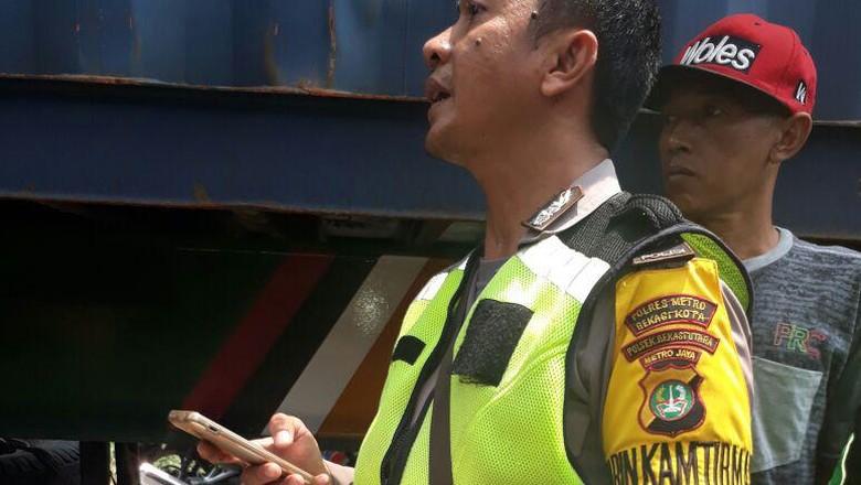 Salip Truk Kontainer, Pemotor di Bekasi Tewas Terlindas
