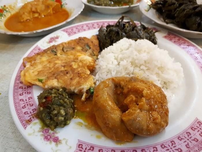 Sedang berada di kawasan Melawai, baiknya coba warung makan ini. Sabana Nasi Kapau punya beragam menu enak, salah satu yang wajib dipesan adalah telur dadar yang digoreng dadakan dan juga gulai tambusu yang kental gurih. Jangan lupa santap dengan sambal ijo dan singkong rebus. Foto: detikFood