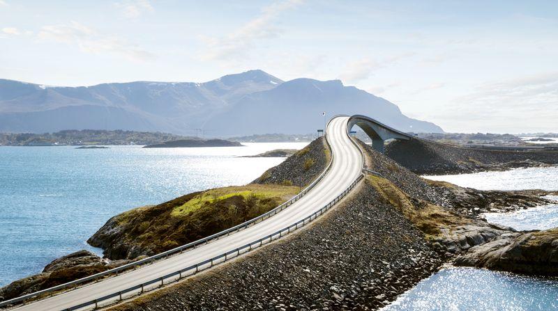 Adalah Jembatan Storseisundet (Storseisundet Bridge), yang terletak di Atlantic Road, Norwegia ini menghubungkan kota Kristiansund dan kota Molde di atas Samudera Atlantik (Thinkstock)