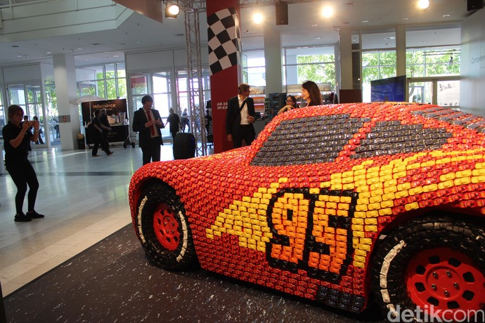 Unik, Mobil Ini Terbuat dari 5.500 Mobil-mobilan