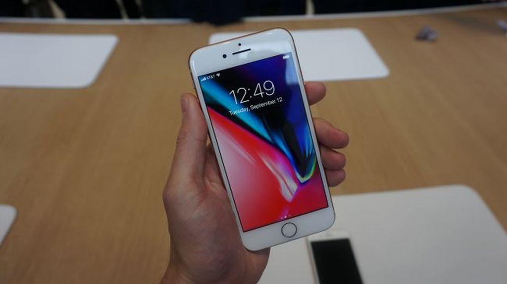 1. Berotak sama: Baik iPhone 8, iPhone 8 Plus maupun iPhone Xditenagai prosesor yang sama persis, yaitu Apple A11 Bionic disertai prosesor pendamping M11. Sehingga performanya pun identik. Foto: istimewa