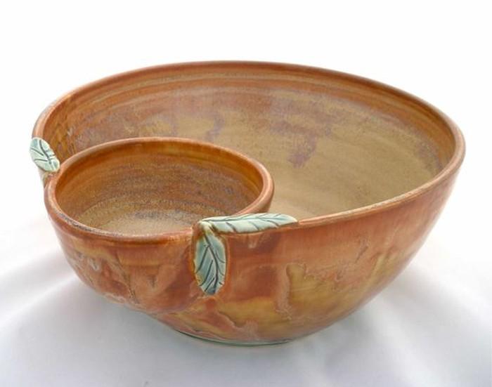 Mangkuk tembikar ini punya desain unik. Sudah dilengkapi bowl untuk saus jadi memang cocok buat camilan sambil nonton TV. Seperti nachos dengan cocolan saus keju.Foto: Istimewa
