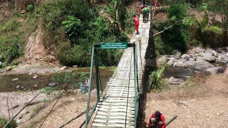 Kostrad Bangun Jembatan gantung di Garut
