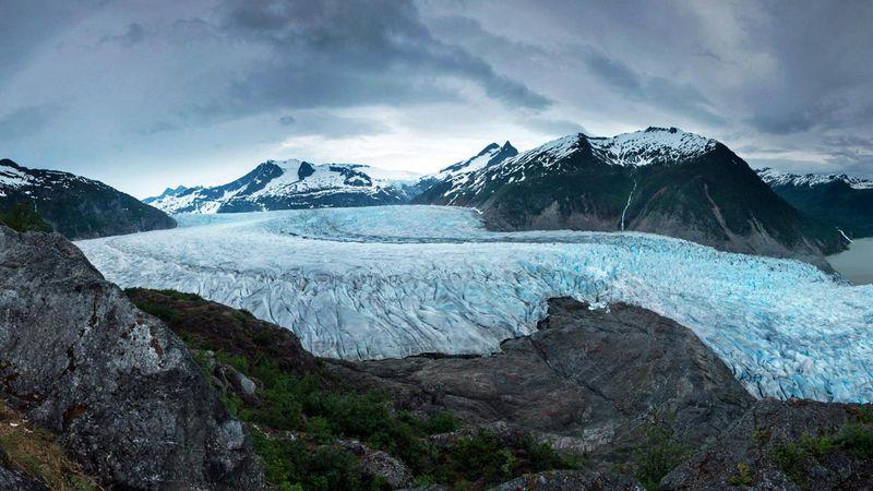 Daerah Alaska di bagian Utara AS memang terkenal dingin. Pemandangan padang es Juneau yang memesona pun dapat traveler lihat di sana (Eric Guth/BBC)