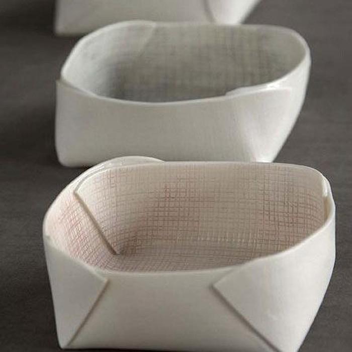 Mangkuk tembikar bercat putih ini desainnya mirip takir daun pisang. Selain berkesan alami cocok buat menyantap makanan tradisional.Foto: Istimewa