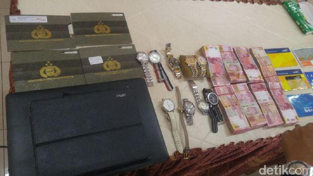 Trio pembunuh ini menggasak harta korban yang diperkirakan senilai Rp 1 miliar.
