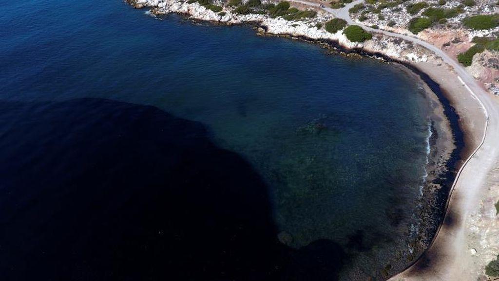 Waduh, Air Laut di Pulau Ini Berubah Hitam