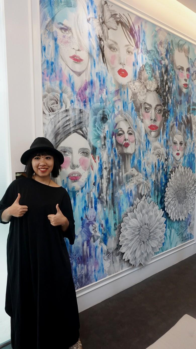 Unik! Monica Hapsari Bikin Mural di Klinik Kecantikan