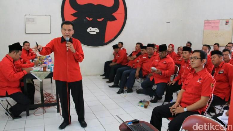 Musthofa Janji Bertahan di PDIP - Jakarta Bupati Kudus Musthofa telah mendaftarkan diri ke PDIP sebagai bakal calon gubernur di Pilgub Jawa Tengah berhadapan