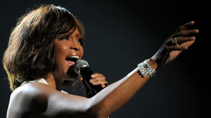 Selain Elton John, pelantun lagu I Will Always Love You Whitney Houston juga mengalami nodul vokal yang mengakibatkan ia kehilangan suaranya. (Foto: BBC)
