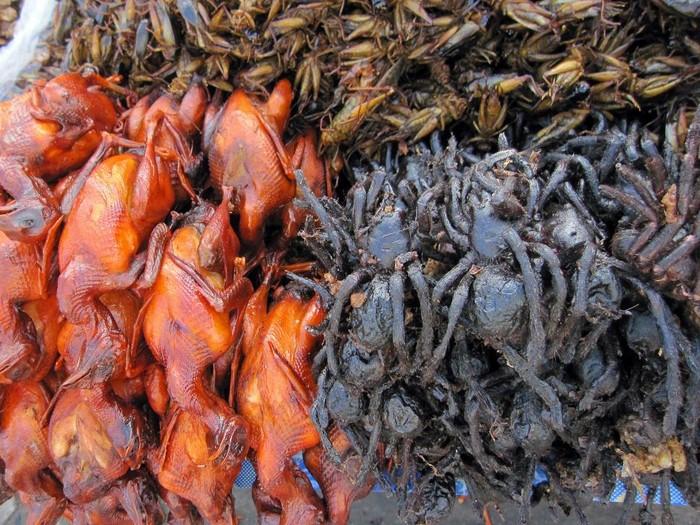 Tarantula sering dianggap sebagai hewan yang menyeramkan, namun tarantula dijadikan hidangan makanan di Kamboja. Rasanya yang manis mirip dengan kepiting manis dan lembut saat masih segar.
