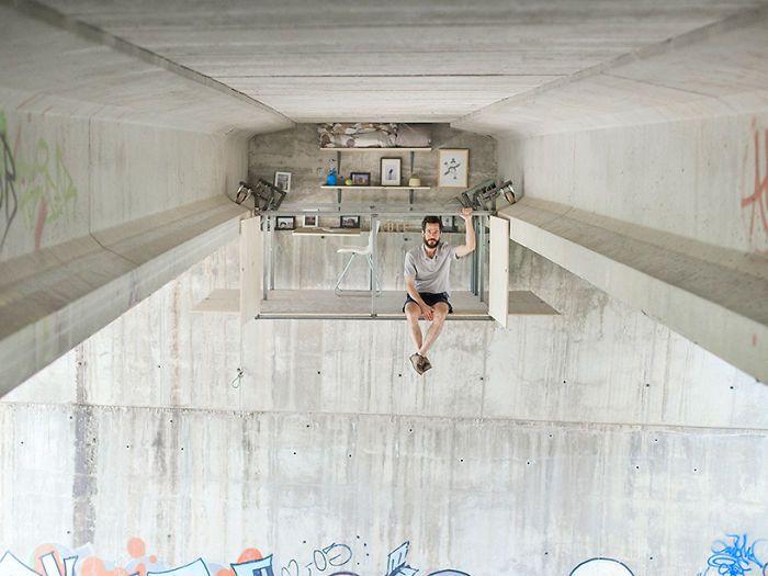 Seorang arsitek asal Spanyol, Fernando Abellanas, nampak bersantai di dalam sepetak kantornya di bawah kolong jembatan di kawasan Valencia. Istimewa/Jose Manuel Pedrajas/Boredpanda.
