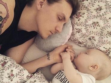 Meski tidur, tangan tetap berpegangan erat. (Foto: Instagram @joanna_gie via @dontforgetdads)