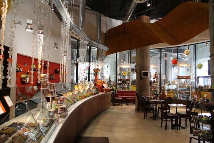 Choco-Story di New York bisa jadi tujuan pencinta cokelat. Di sini pengunjung dapat melihat perjalanan cokelat mulai dari artefak suku Maya, perlengkapan membuat cokelat kuno dan modern hingga demo pembuatan hot chocolate. Selain di New York, museum sejenis juga ada di Belgia, Praha, Paris dan Uxmal.