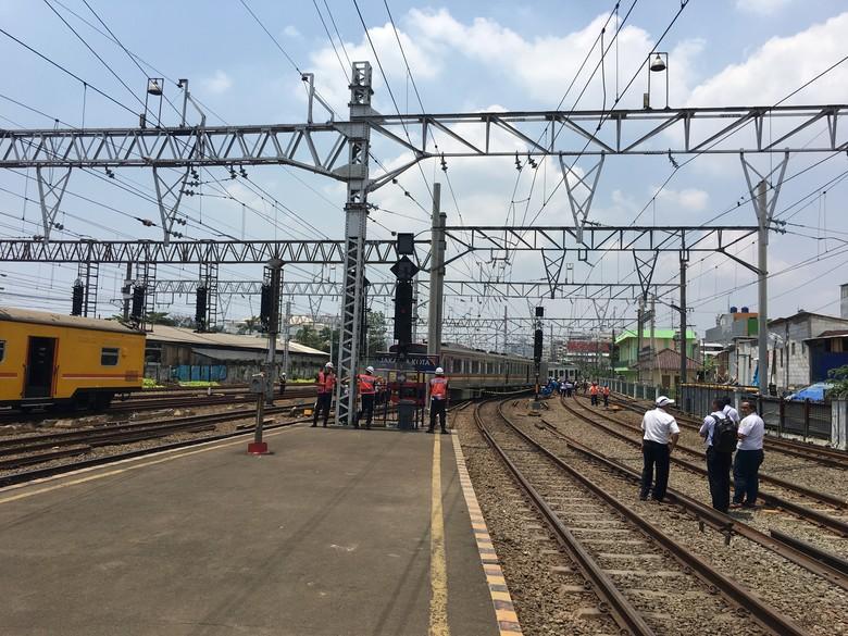 KRL Anjlok di Stasiun Kota Masih Dievakuasi