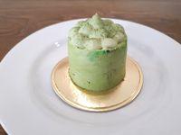 Sugabites Patisserie: Bersantai Sambil Ngemil Cake Mawar dan <i>Green Tea</i>