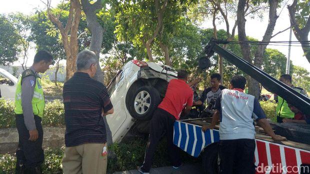 Mobil Sirion masuk parit dievakuasi/