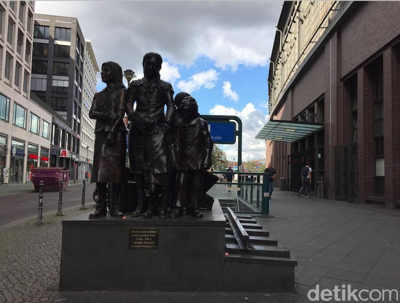 Train to Life merupakan sebuah patung historis yang menceritakan sekumpulan anak-anak Yahudi yang dulunya melarikan diri pada zaman Nazi (Septiana/detikTravel)