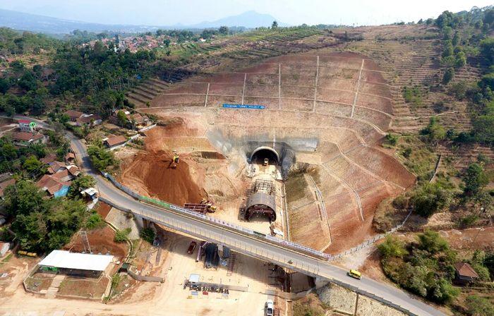 Begini penampakan terkini pembangunan Tol Cisumdawu yang menembus bukit di kawasan Sumedang, Jawa Barat. Dok. Kementerian PUPR. Dok. Kementerian PUPR.