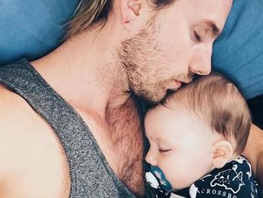 Pelukan sang ayah bisa jadi hal yang bikin anak ini merasa aman saat tidur. (Foto: Instagram @supermebeingx via @dontforgetdads)