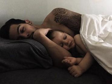 Menenangkan banget nggak sih Bun melihat ayah dan anak yang lagi tertidur ini? (Foto: Instagram @vvulpesvvulpes via @dontforgetdads)