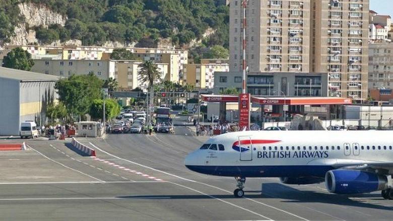 Landasan pacu Bandara Gibraltar yang membelah jalan raya (Getty Images)