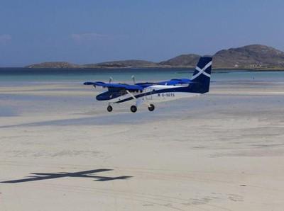 Bandara yang Pesawatnya Mendarat di Pantai