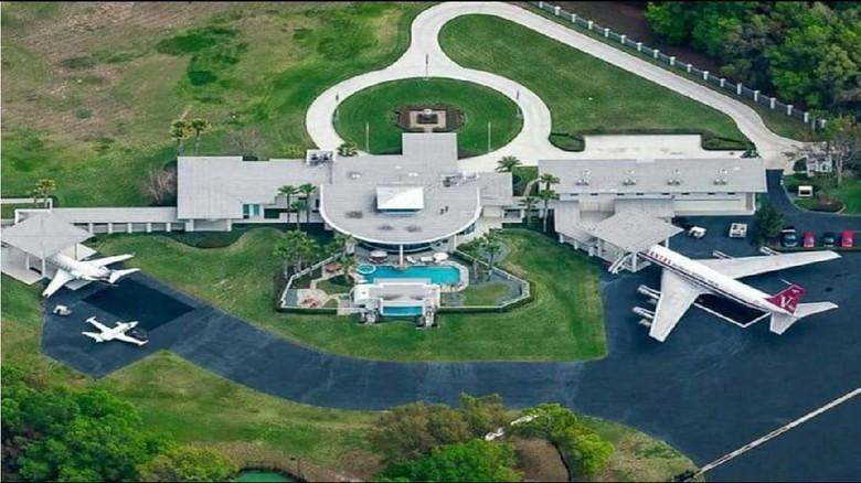 Foto: Rumah John Travolta yang memiliki 2 landasan pacu pesawat (STARS NEWS/ Youtube)