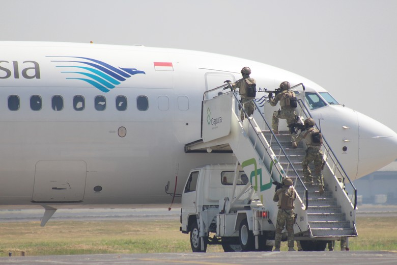 Tegangnya Simulasi Pembajakan Pesawat Garuda di Bandara Juanda