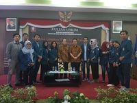 Taufik Kurniawan berpose bersama civitas akademika Undip.