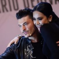 Syahrini foto bersama Mario Dedivanovic di sebuah acara peluncuran makeup di Jakarta