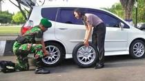 Cerita Momen Romantisme Prajurit TNI Bantu Polwan Ganti Ban