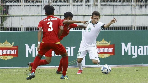 Aksi Egy Maulana Vikri (kanan) mengelabui para pemain tim-tim lawan dan mencetak gol mengundang decak kagum. (