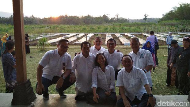 Gaya Rini dan Bos-bos BUMN Mancing di Desa Sambil Nikmati Sunset.