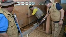 Aksi Jonan Naik Vespa dan Bersihkan Masjid di Jakarta