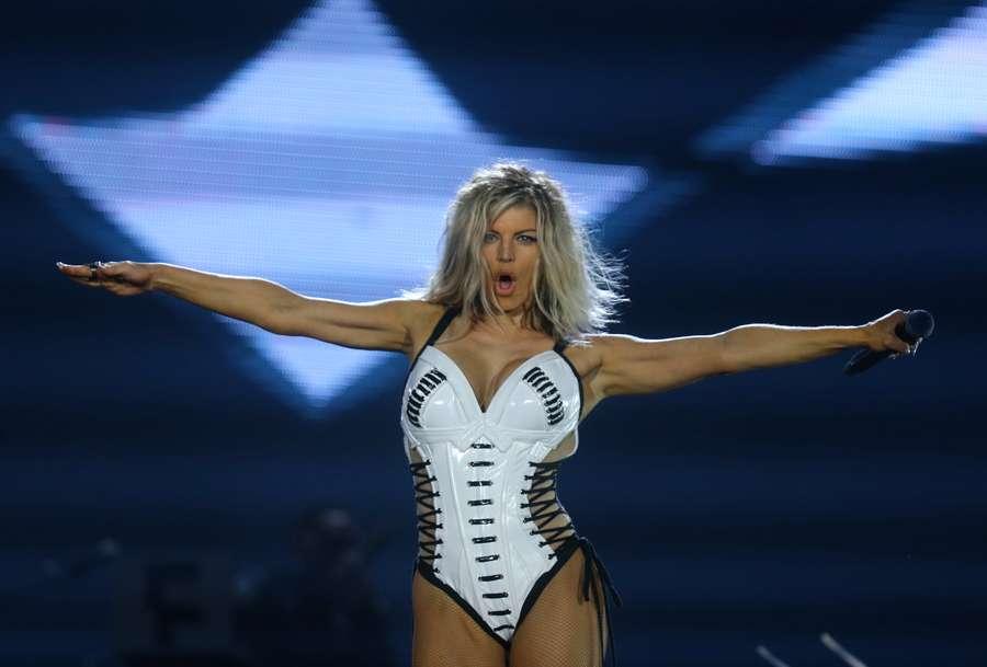 Seksi! Aksi Fergie Hibur Penggemar di Atas Panggung