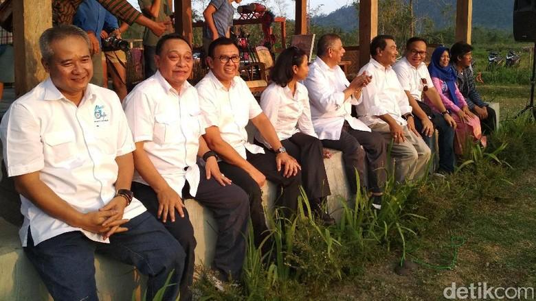 Gaya Rini dan Bos-bos BUMN Mancing di Desa Sambil Nikmati Sunset