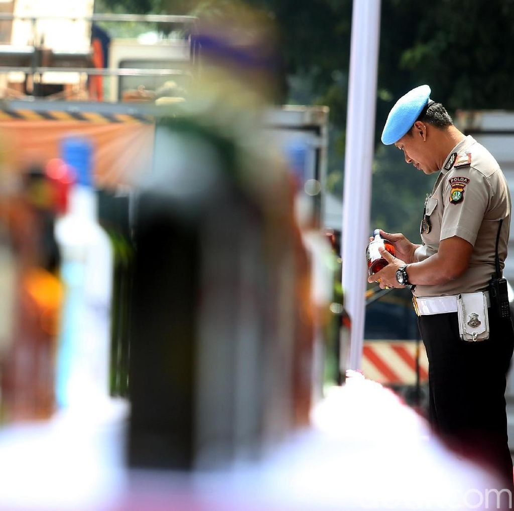 BC-Polisi Buru 2 DPO Penyelundup 50 Ribu Botol Miras Singapura